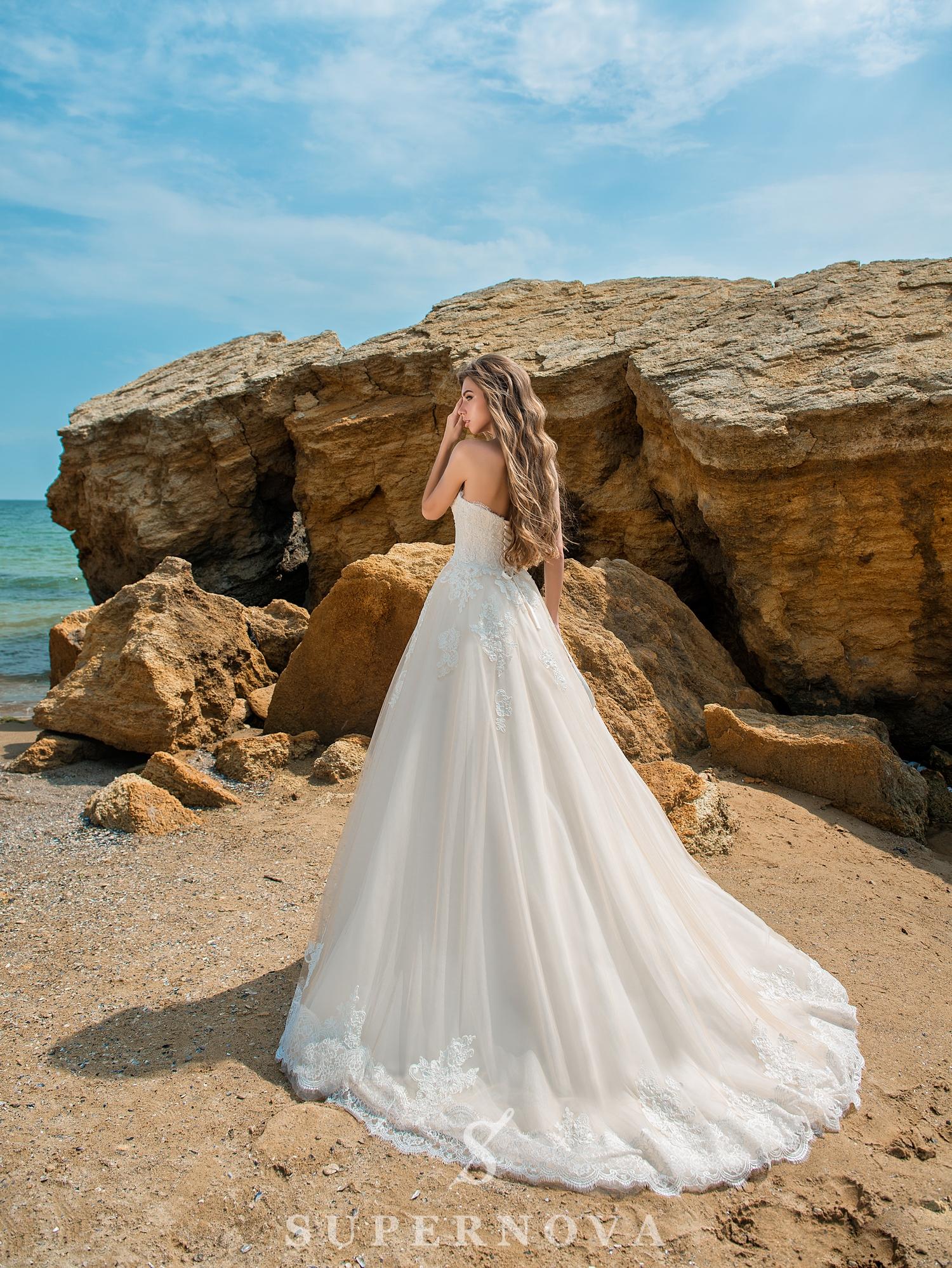 Свадебное платье карамельного цвета с открытыми плечами-1