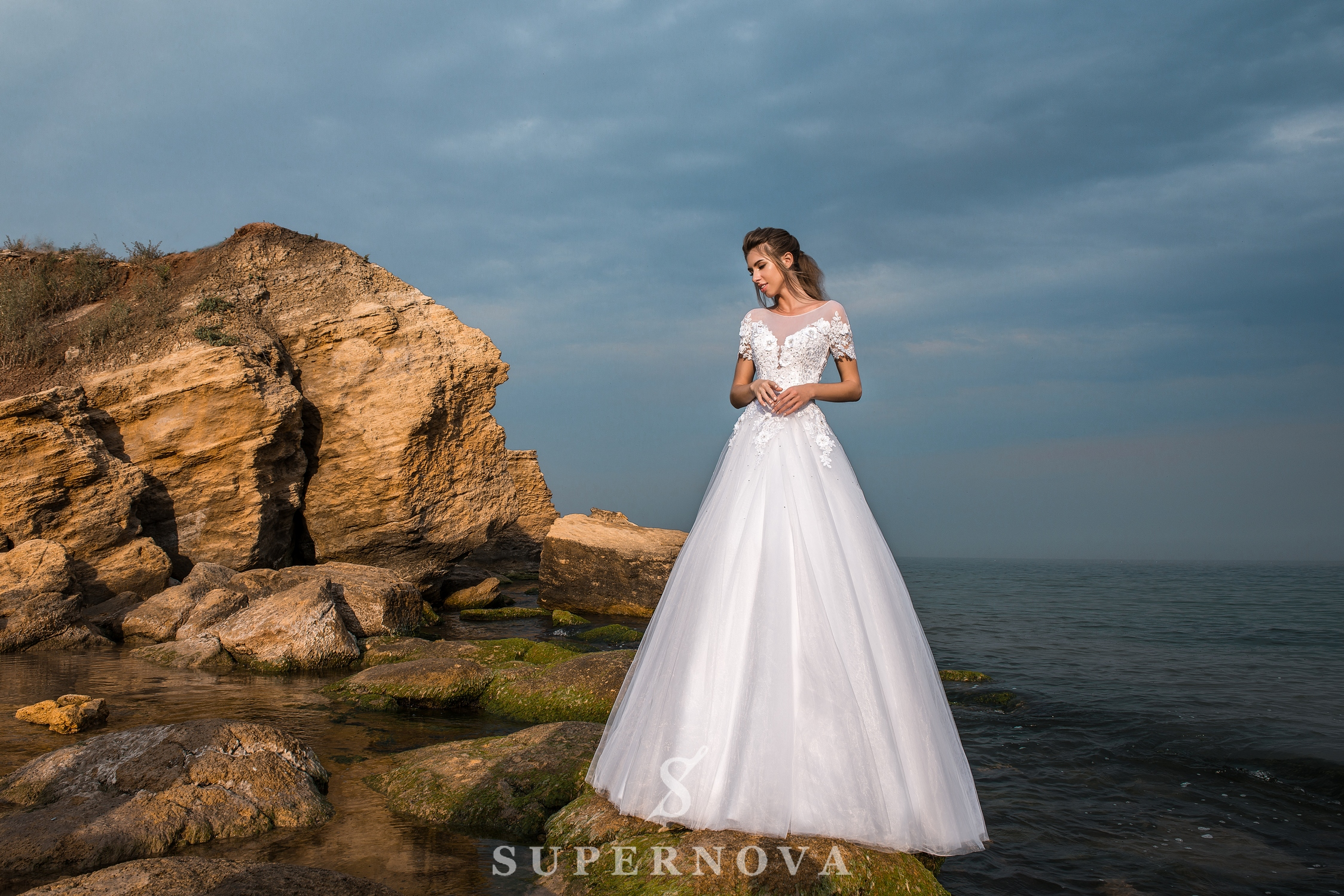 Wedding dress with short sleeves and a puffy skirt