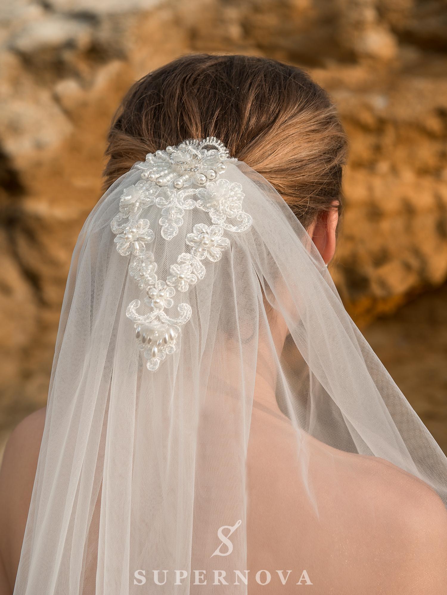 Cвадебное платье с открытыми плечами и пышной юбкой-1