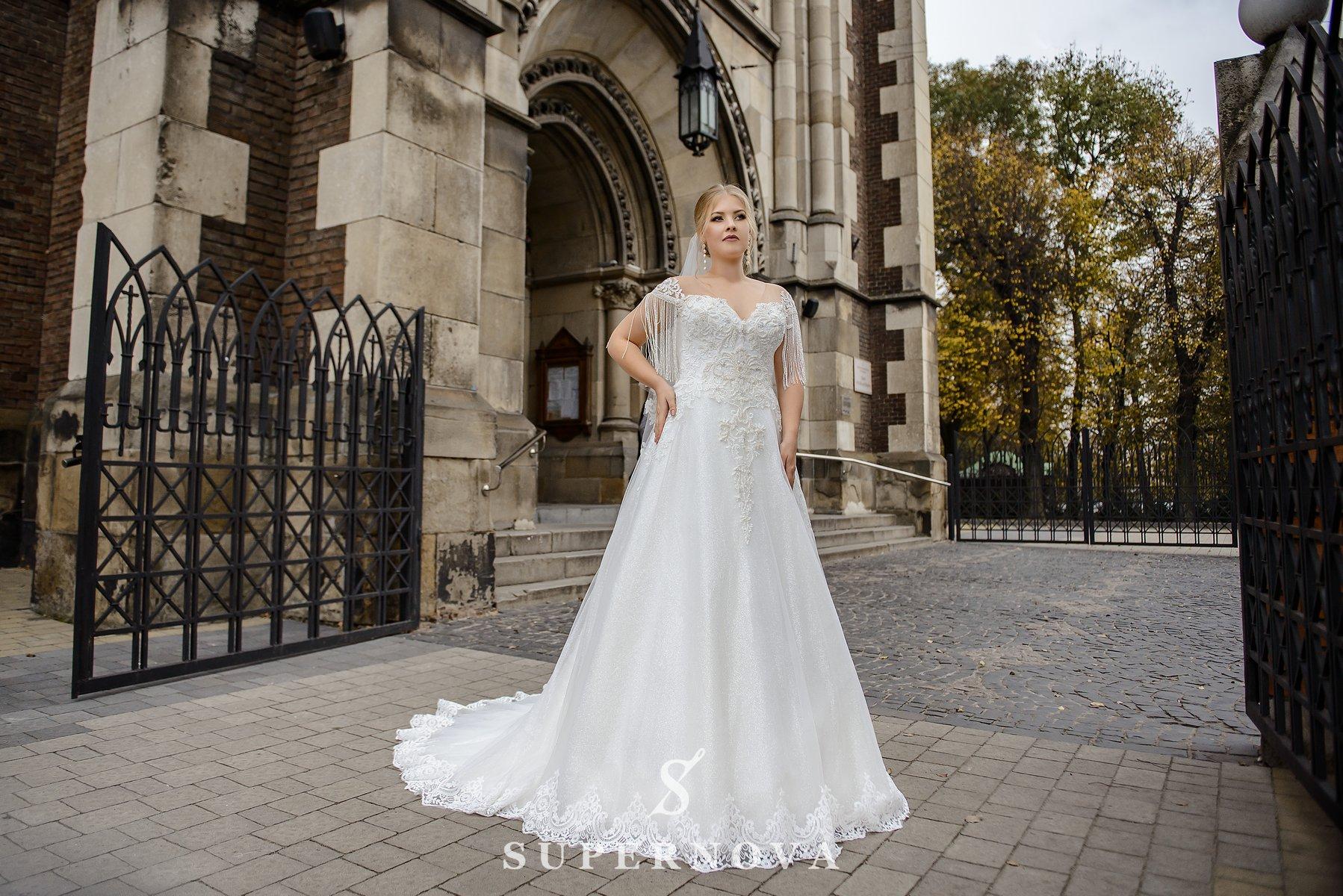 Весільна сукня з бахромою на рукавачиках великих розмірів оптом від SuperNova-1