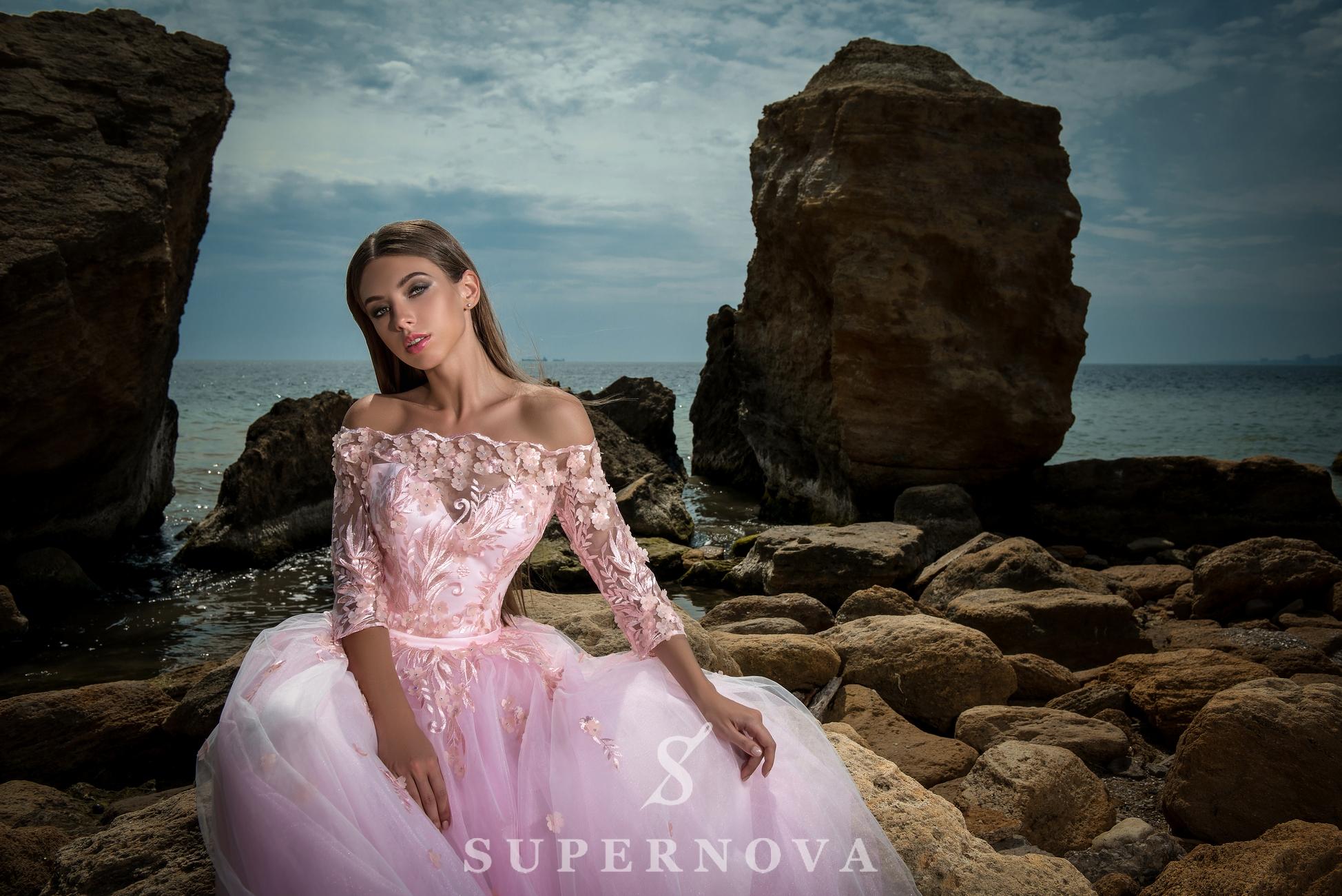 Вечернее платье с открытыми плечами-1