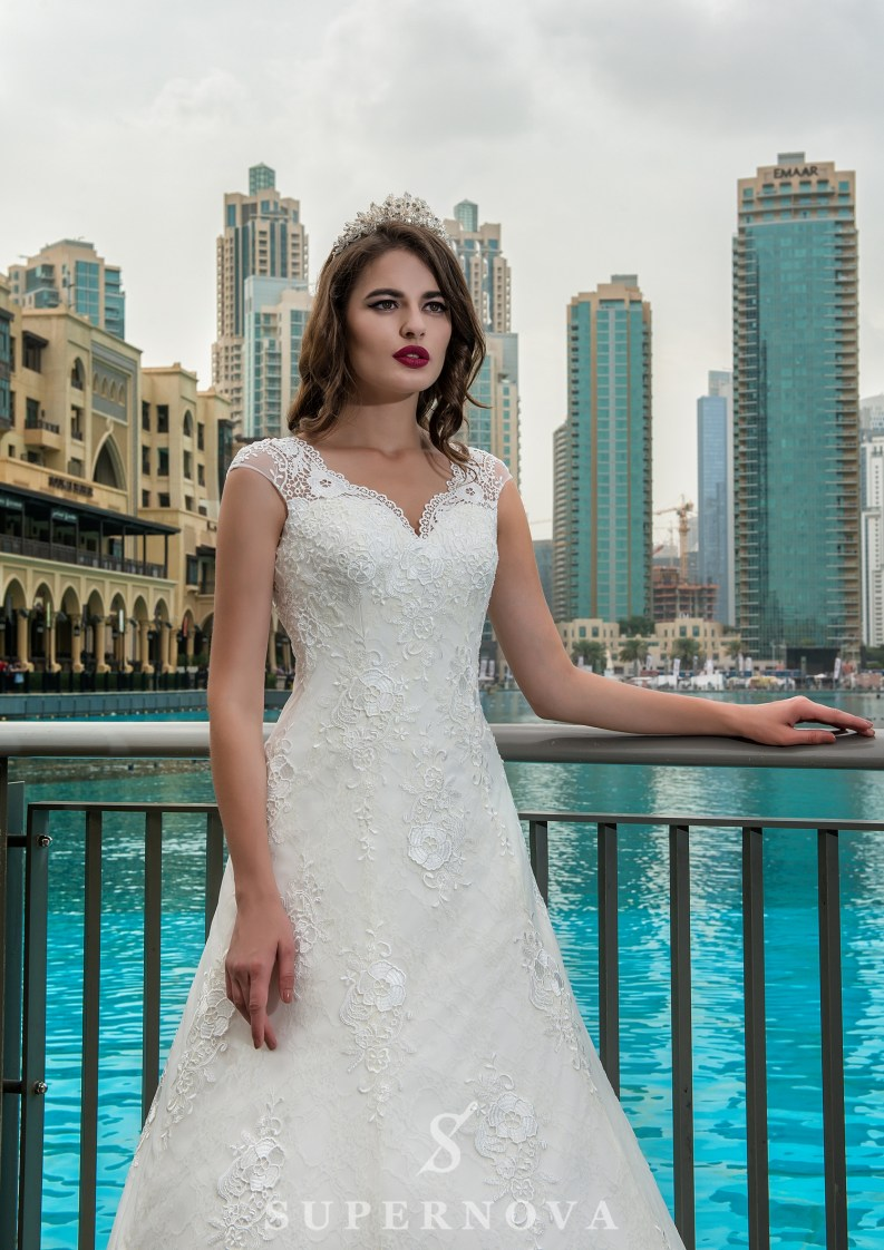 V-shaped neckline wedding dress-2