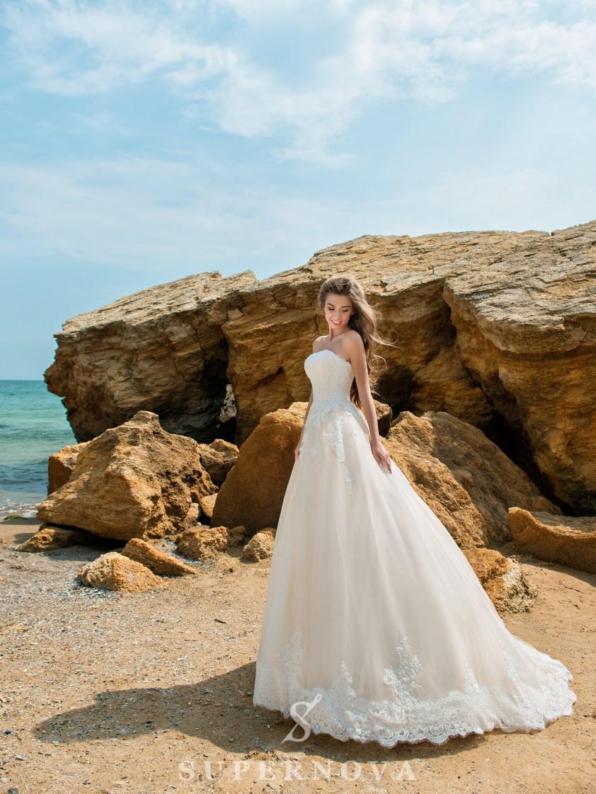 Свадебное платье карамельного цвета с открытыми плечами-2