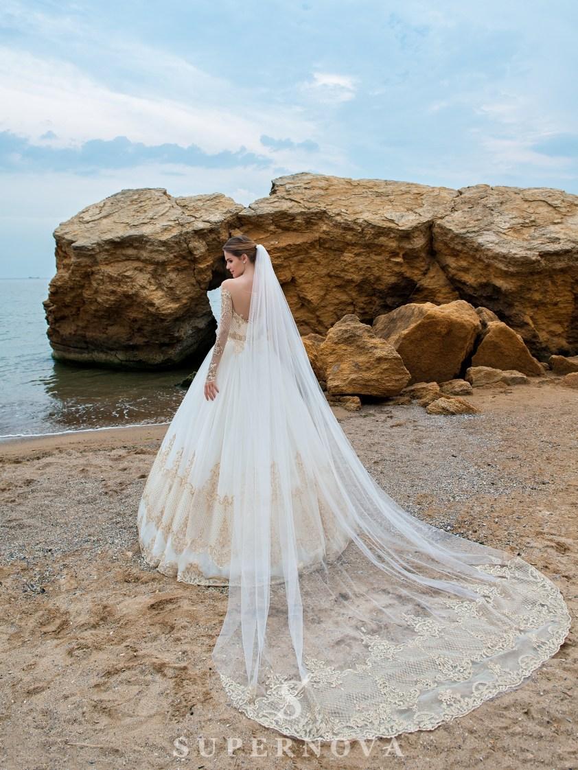 Cвадебное платье с длинными рукавами и пышной юбкой-4