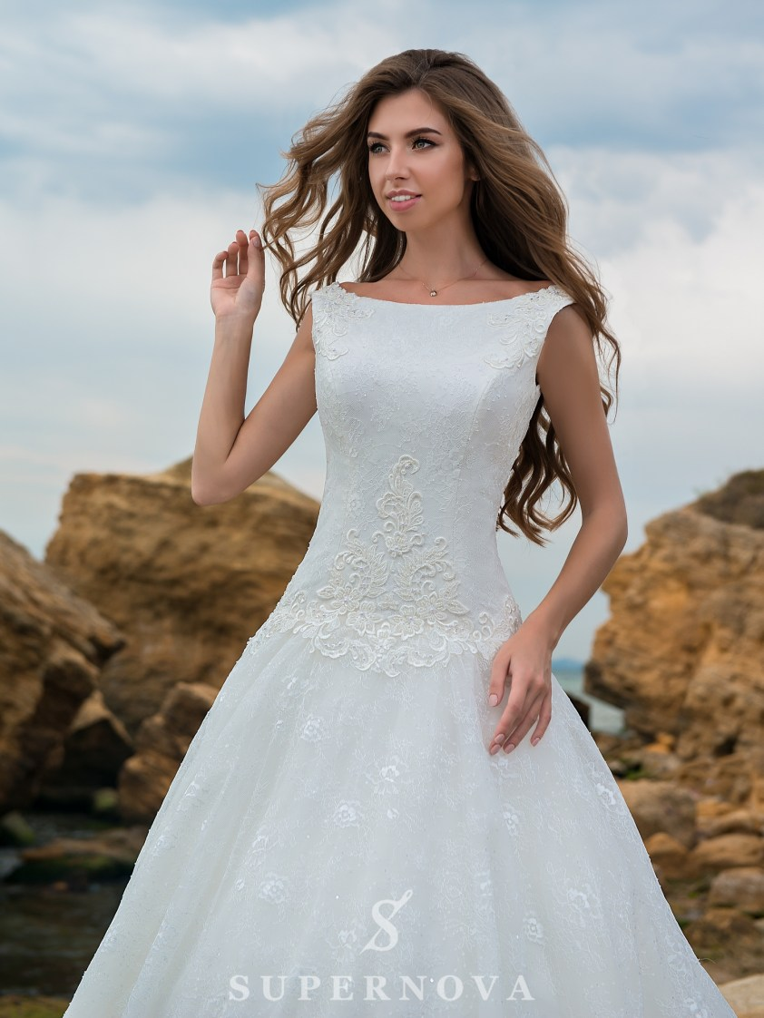 A-line wedding dress with an elongated bodice-2