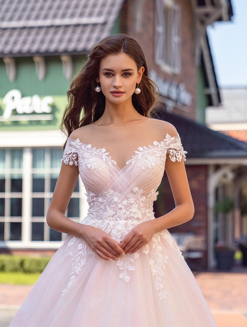 Весільна сукня з драпіруванням на ліфі оптом від Supernova-7