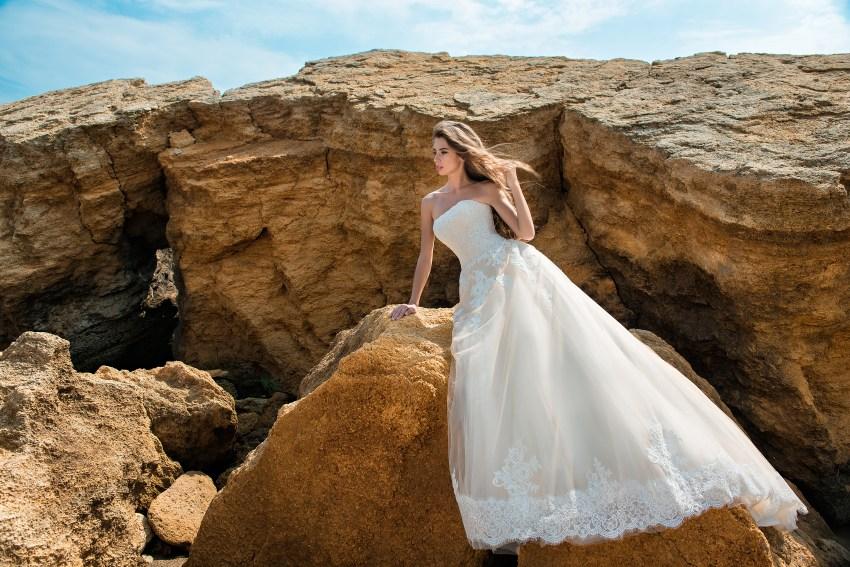 Весільна сукня карамельного кольору з відкритими плечима-5