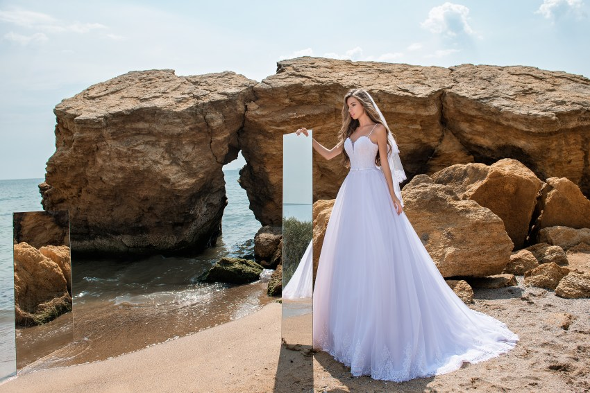 Весільна сукня на тонких бретелях-5
