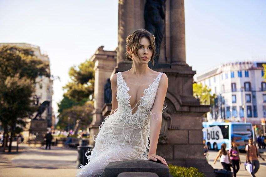 Весільна сукня прикрашена пір'ям від SuperNova оптом-4