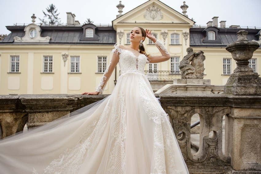 Весільна сукня айвори А-силуету з мереживними рукавами оптом від SuperNova-5