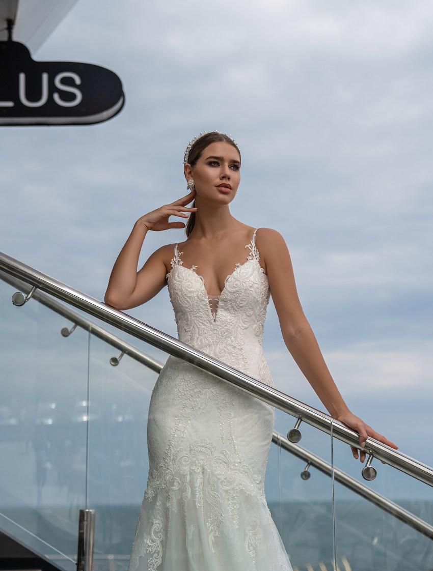 Весільна сукня на тонких бретелях від Supernova-6