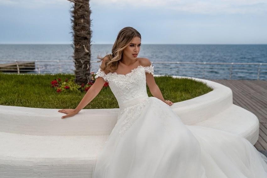 Свадебное платье с открытыми плечами от Supernova-4