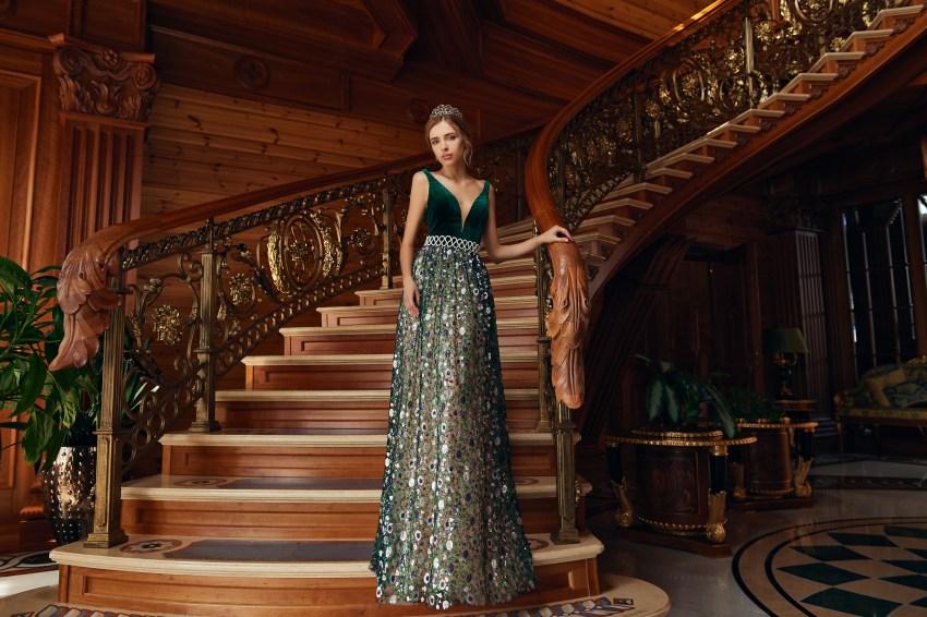 Вечернее платье с велюровым корсетом и яркой юбкой от SuperNova.-5