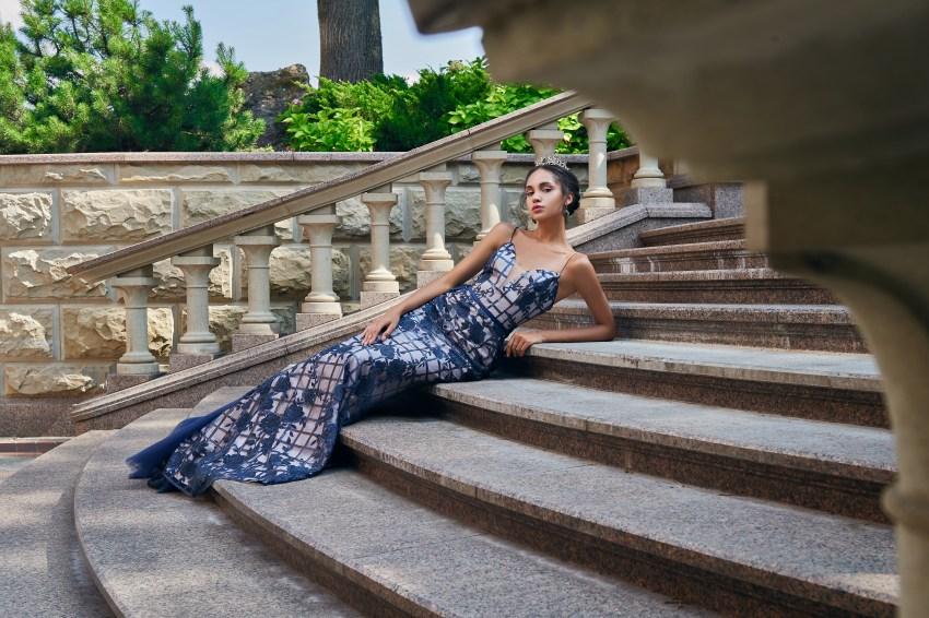 Приталенные вечерние платья из гипюра с пайетками от SuperNova.-6