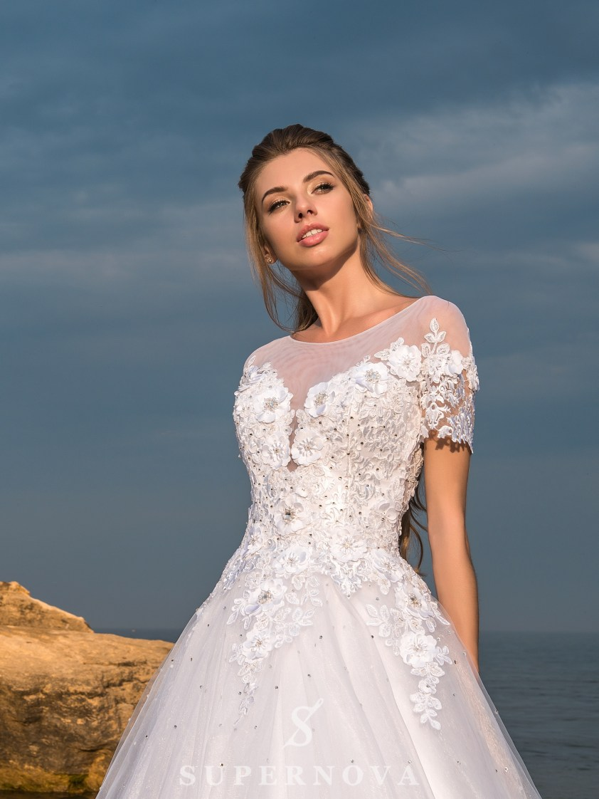 Wedding dress with short sleeves and a puffy skirt-2