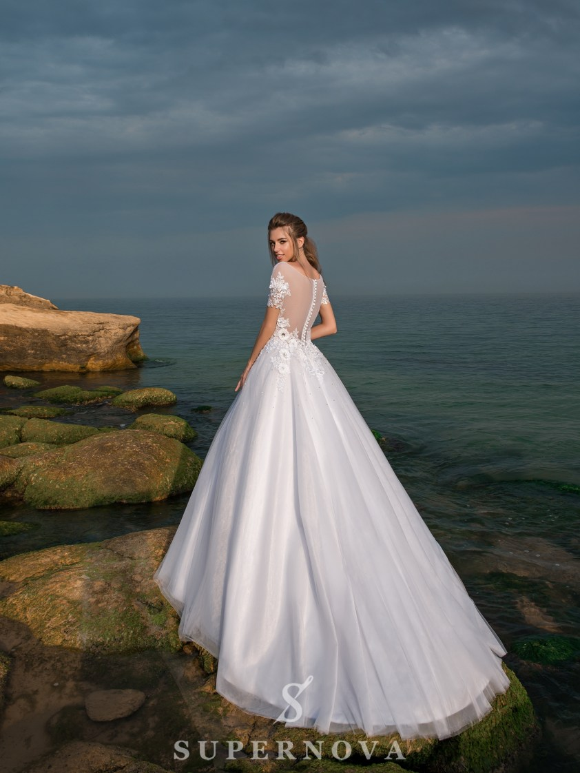 Wedding dress with short sleeves and a puffy skirt-3