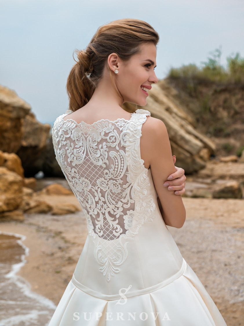 Rochie de mireasă cu un corset alungit și o fustă-trenă-3