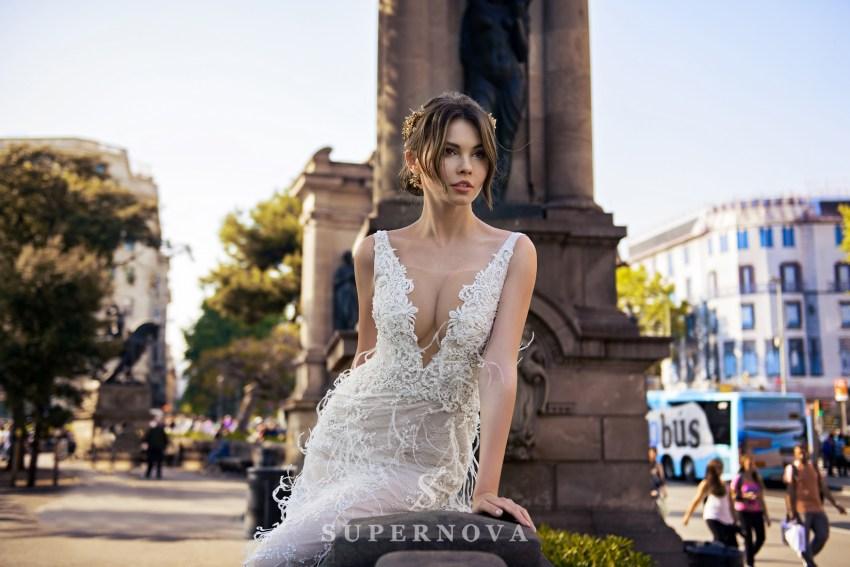 Весільна сукня прикрашена пір