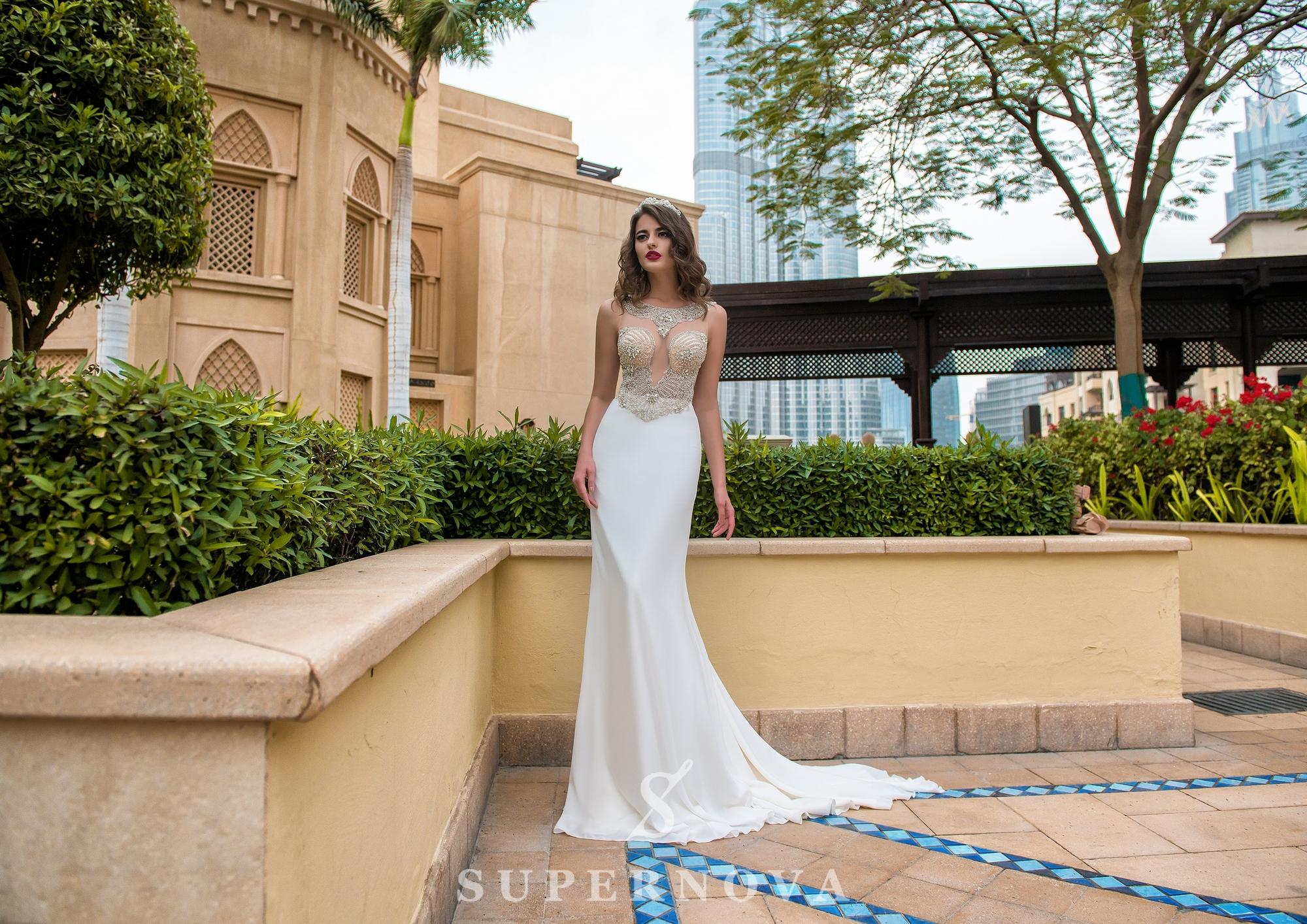 Свадебное платье c глубоким вырезом-1