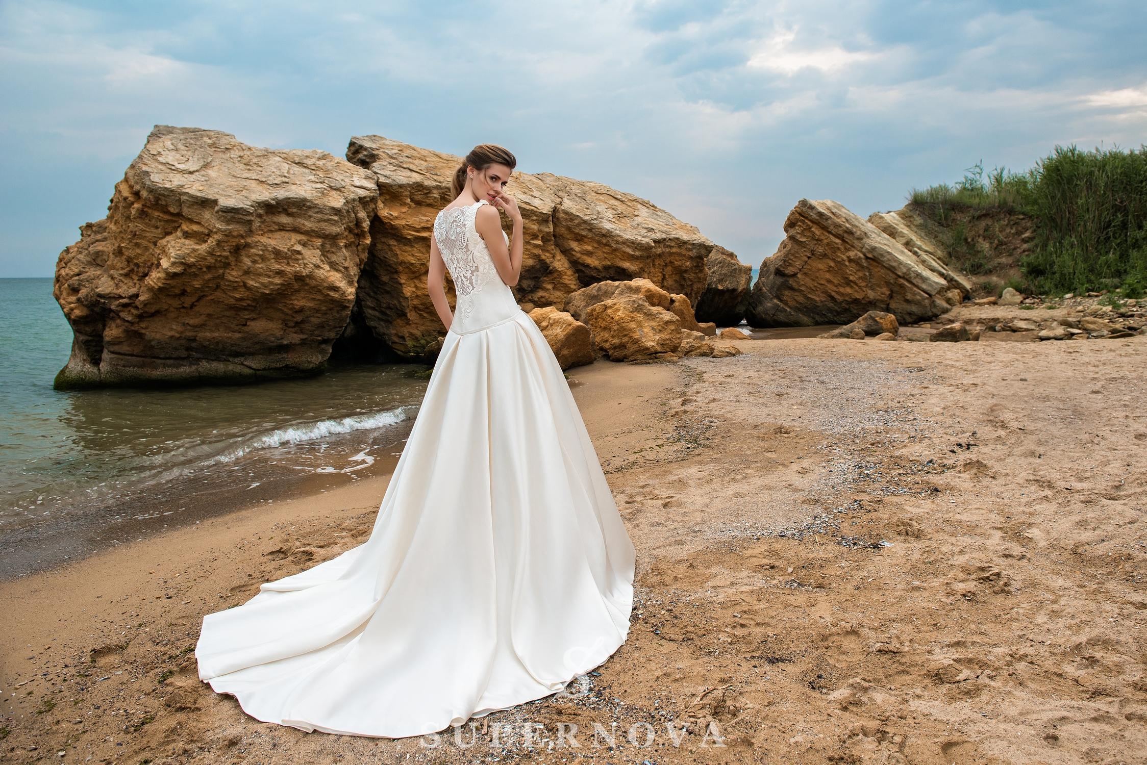 Cвадебное платье с удлиненным корсетом и юбкой-шлейф-1