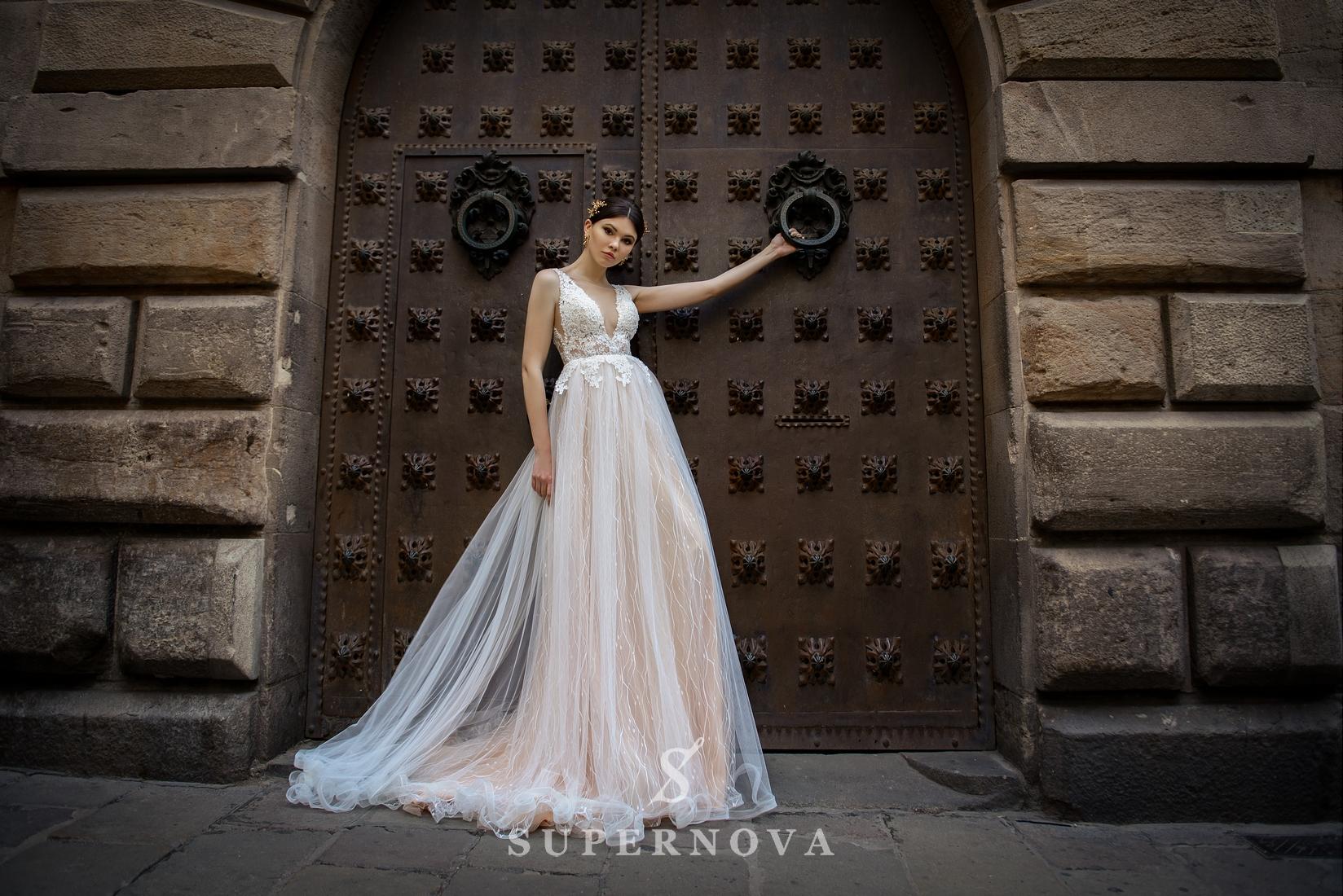 Весільна сукня з глибоким вирізом від SuperNova оптом-1