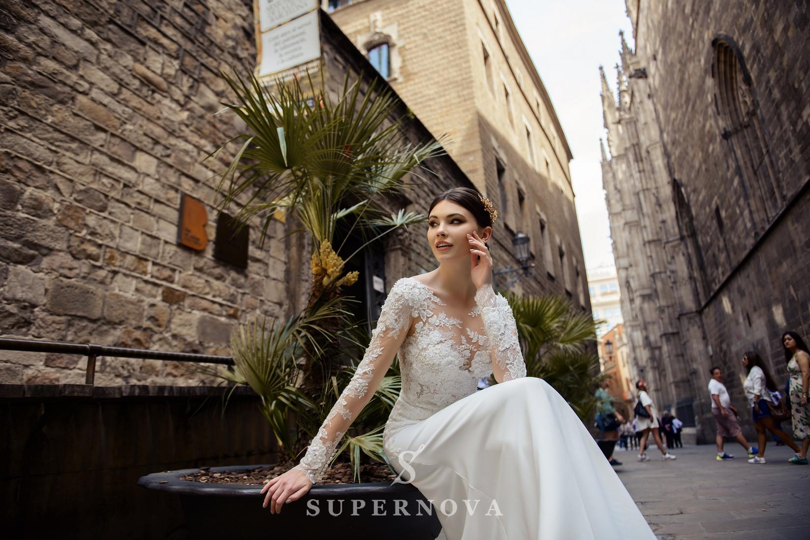 Свадебное платье с аппликациями  и мягкой юбкой-шлейф от Supernova оптом-1